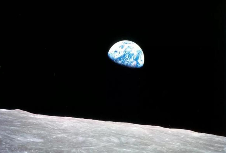 Planet Earth: earthrise. NASA photo