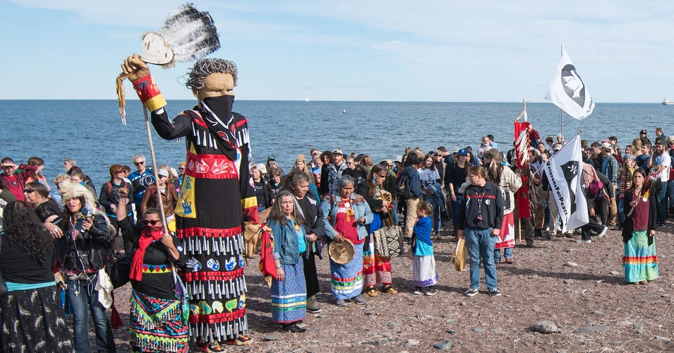 Hundreds of Indigenous and allied people gathered on the shore of Gichi-gami (Lake Superior) on September 27, 2019 to protest the Enbridge Line 3 tar sands pipeline. (Photo: Fibonacci Blue/Flickr/cc)